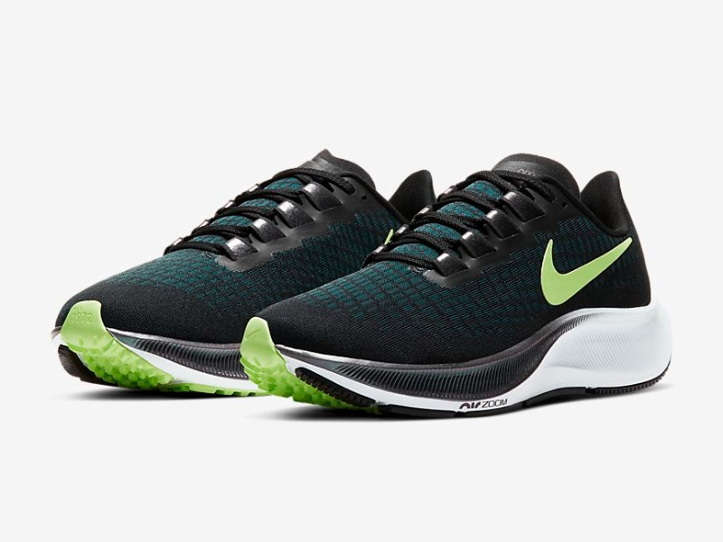 2021 casual shoes sneakers on the feet